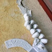 Falrészlet-Ilona-Romule-porcelántöredékekkel01
