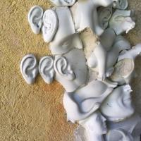 Falrészlet-Ilona-Romule-porcelántöredékekkel05