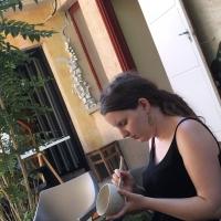 Falrészlet-Ilona-Romule-porcelántöredékekkel07